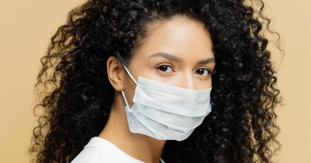 Mulher com máscara, representando o novo normal
