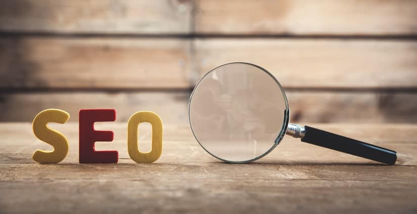 Imagem ilustrativa de SEO (Search Engine Optimization), com lupa