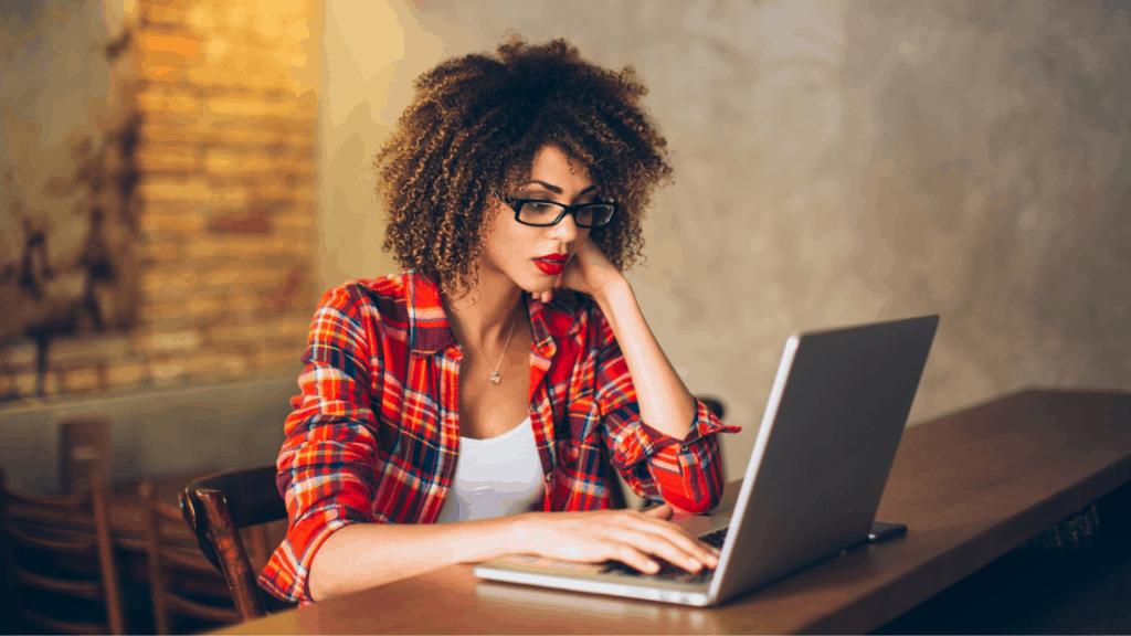 Mulher negra mexendo no computador notebook